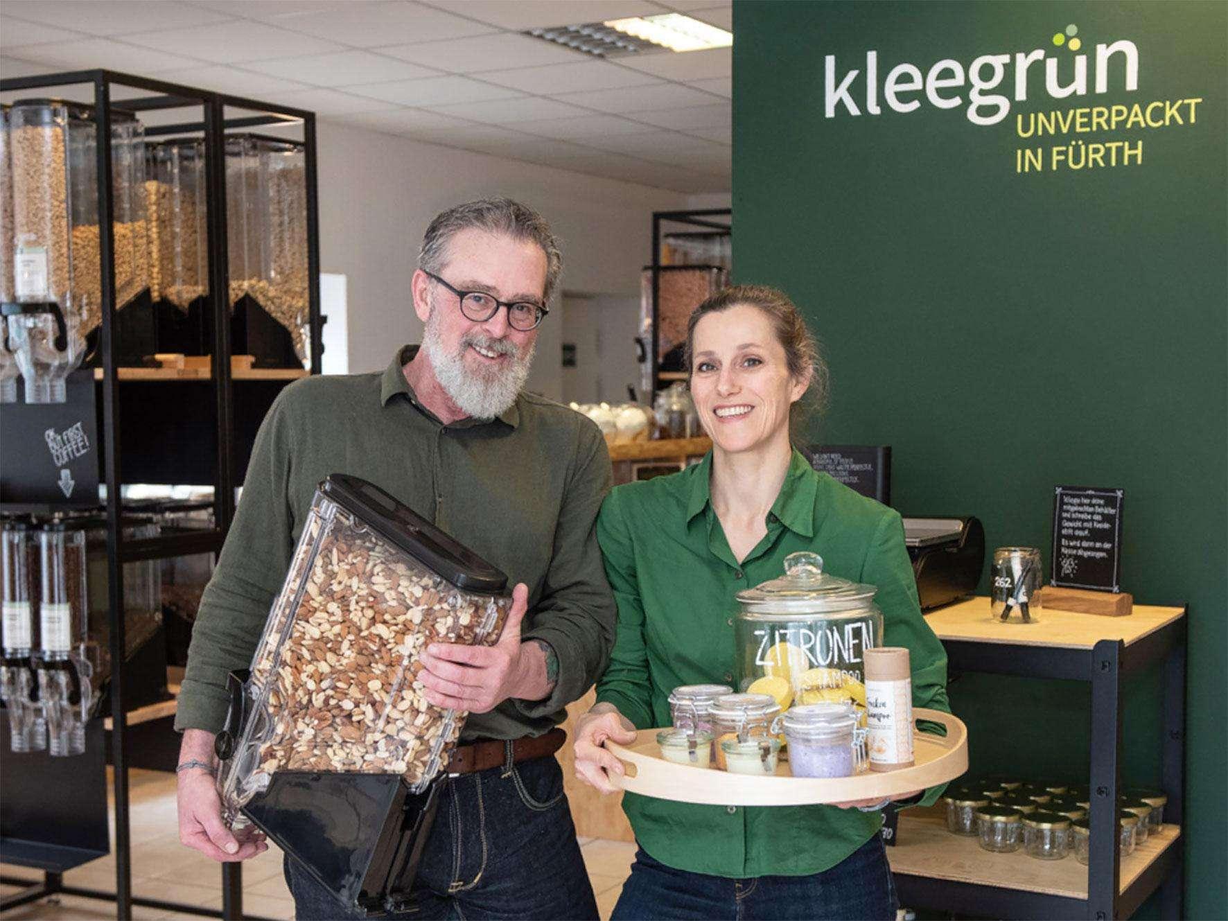 Foto von Claudia und Claus, den Inhabern des Kleegrüns, in ihrem Laden.